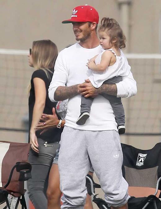 David dẫn bé Harper đi xem các anh trai chơi bóng ở LA. (Ảnh: Internet)