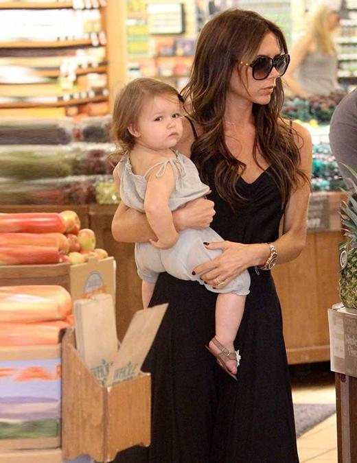 Harper ăn mặc cùng phong cách với mẹ, trông giản dị nhưng không kém phần thanh lịch, trong lúc đi mua sắm ở Beverley Hills. (Ảnh: Internet)