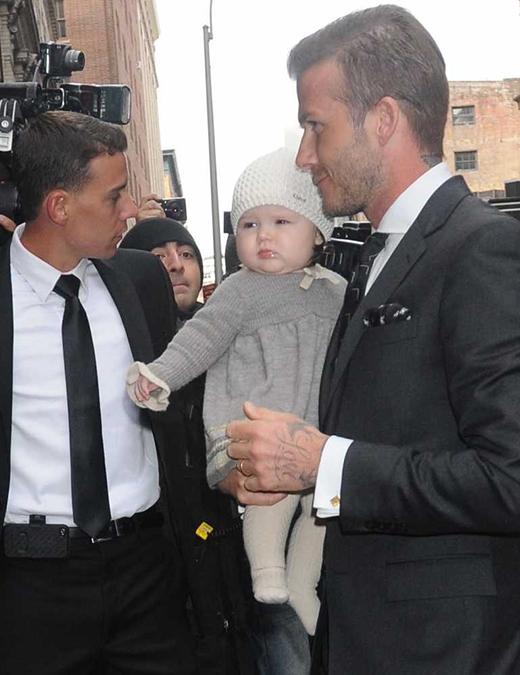 Trước đó, vào tháng 2/2012, Harper đã từng diện tông xuỵt tông một chiếc đầm len xám cùng mũ len trắng rất xinh xắn đến tham dự Tuần lễ Thời trang New York với bố. (Ảnh: Internet)
