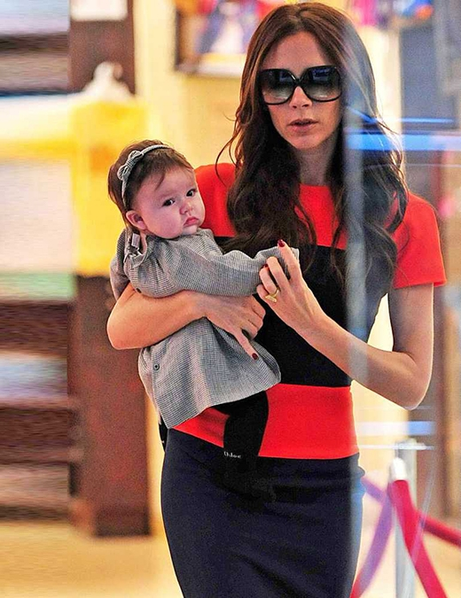 Harper bé tí với khuôn mặt bụ bẫmđược mẹ ẵm đi mua sắm vào tháng 11/2011. (Ảnh: Internet)