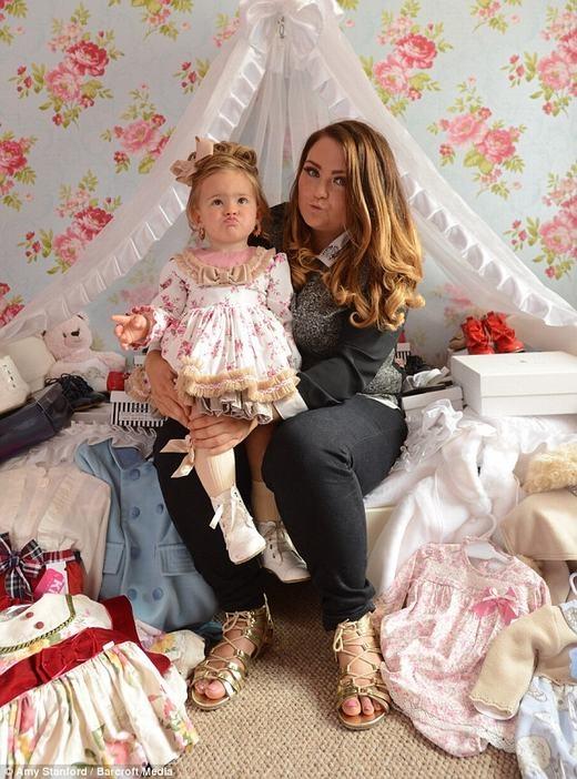 Hành động của bà mẹ trẻ nhận được phản ứng tiêu cực từ cộng đồng... (Ảnh: Amy Stanford)