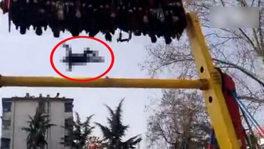 Hình ảnh người đàn ông rơi khỏi ghế ngồi được quay lại. (Ảnh: Daily Mail)