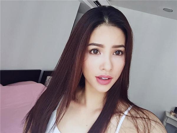 Hoa hậu Hoàn vũ Việt Nam 2015 được ví von là bản sao của Hồ Ngọc Hà. Dĩ nhiên, trên gương mặt của hai nhan sắc này có khá nhiều điểm tương đồng.