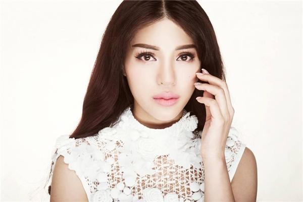 Khả Trang được khán giả biết đến nhiều hơn sau khi chiến thắng giải vàng Siêu mẫu Việt Nam 2015. Mới đây, cô nàng chính thức trở thành đại diện của Việt Nam tại cuộc thi Miss Eco Universe 2016 (Hoa hậu Hoàn vũ Môi trường). Khả Trang sở hữu vẻ ngoài nóng bỏng, gợi cảm. Trong đó, đôi môi cong, dày chính là điểm cộng khá lớn.
