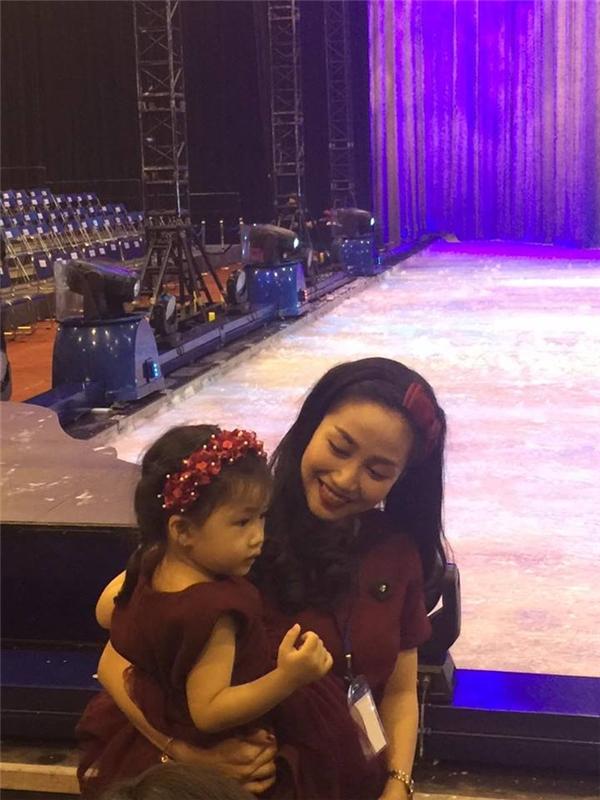 Con gái của Ốc Thanh Vân diện đầm voan điệu đà với tông màu đỏ rượu sang trọng. Cả nhà của nữ MC, diễn viên kịch nói cũng diện trang phục với sắc màu trên.