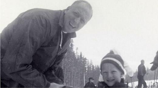 Hai cha con trượt tuyết, khi đó Bill Gates 7 tuổi. (Ảnh: Internet)