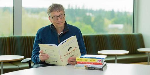Bill vẫn duy trì thói quen đọc sách đến nay. (Ảnh: Internet)