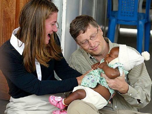 Bill Gates làm từ thiện cùng vợ. (Ảnh: Internet)