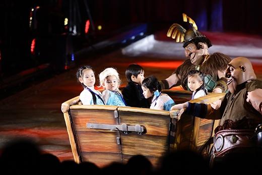 Con trai Lý Hải - bé Rio(áo đen) và con gái Hoàng Bách - bé Meo Meo(bên phải ngoài cùng) khá thích thú khi lần đầu được ngồitrên xe trượt băng. - Tin sao Viet - Tin tuc sao Viet - Scandal sao Viet - Tin tuc cua Sao - Tin cua Sao