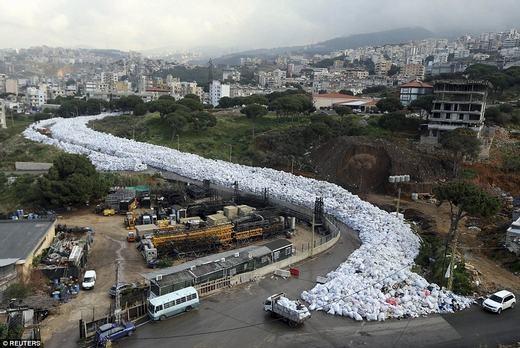 """""""Dòng sông rác"""" khiến nhiều người rùng mình. (Ảnh: Reuters)"""