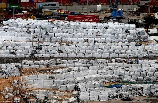 Khu vực gần đó cũng có một khối lượng rác khổng lồ chưa được xử lí. (Ảnh: AFP)