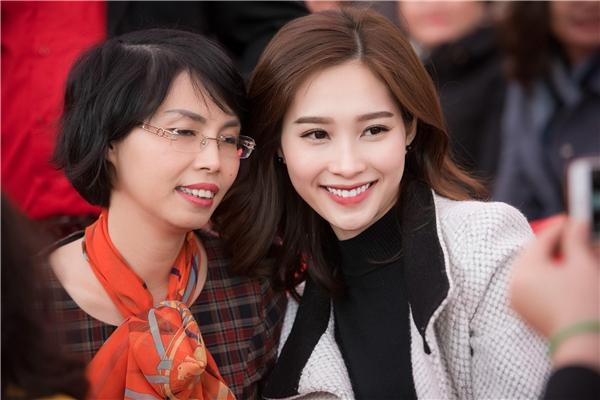 Đặng Thu Thảo vui vẻ chụp ảnh cùng người dân nơi đây - Tin sao Viet - Tin tuc sao Viet - Scandal sao Viet - Tin tuc cua Sao - Tin cua Sao