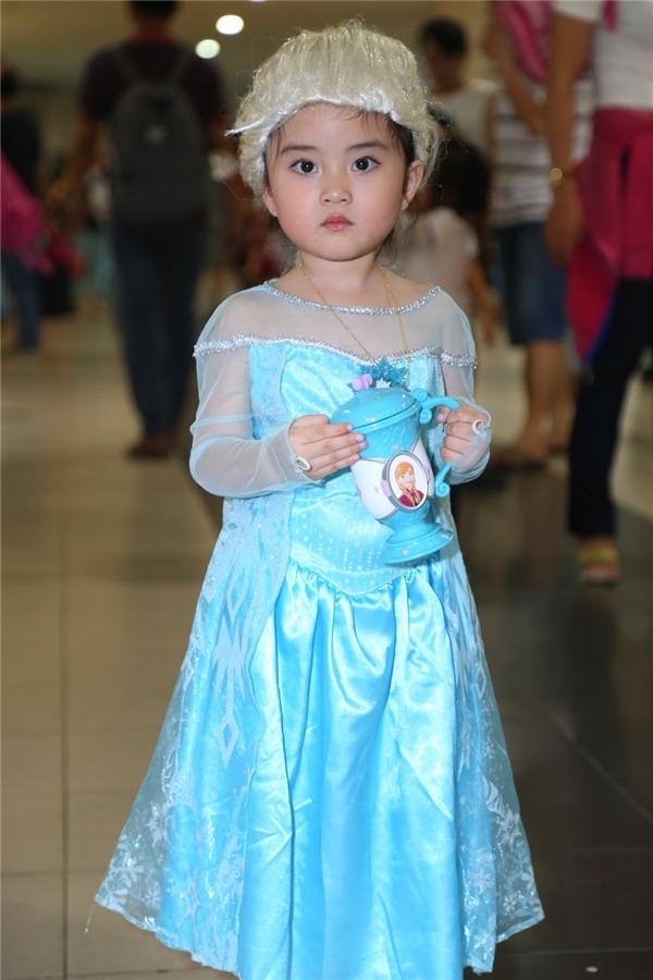 Cô bé bụ bẫm, đáng yêu hóa thân thành Elsa với trang phục, kiểu tóc khá giống.