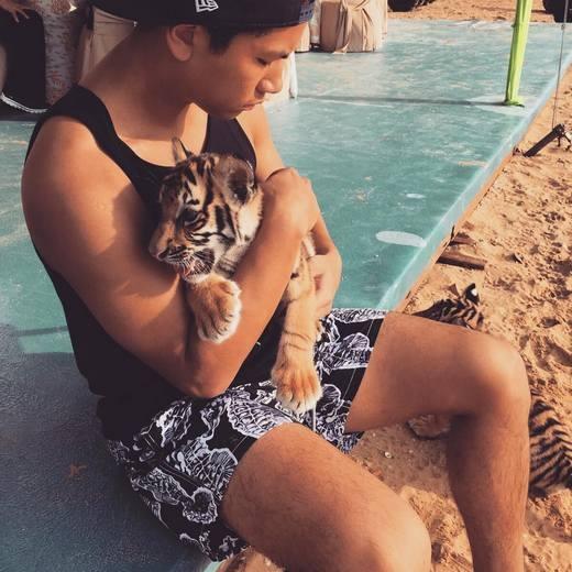 Hoàng tử Mateen cùng cọp Scarlett. (Ảnh: Instagram)