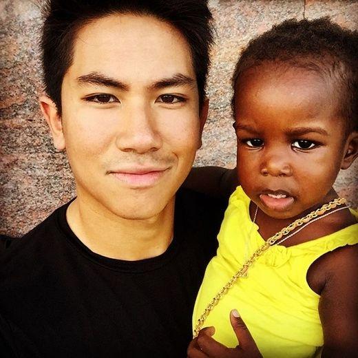 Anh cũng rất quý trẻ con và thường đi từ thiện nhằm giúp đỡ các bé. (Ảnh: Instagram)