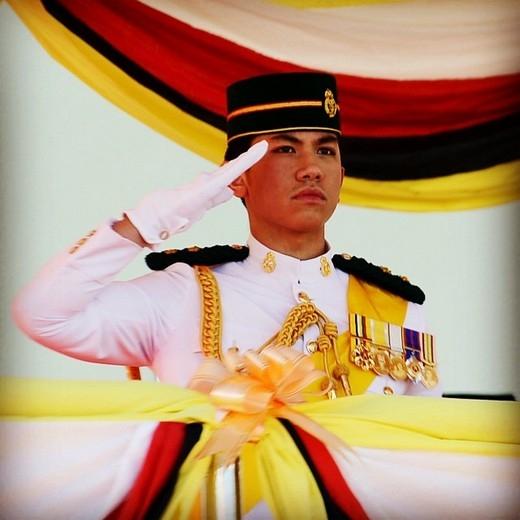 Hoàng tử soái ca Brunei: đẹp trai, 6 múi, sở hữu 20 tỉ đô la