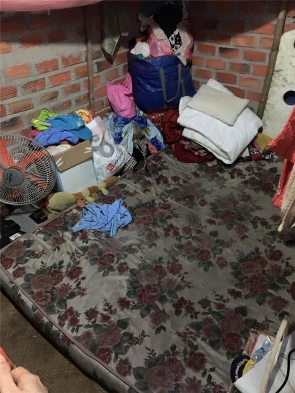 Căn nhà lụp xụp này là nơi ba bà cháu sinh sống. - Tin sao Viet - Tin tuc sao Viet - Scandal sao Viet - Tin tuc cua Sao - Tin cua Sao