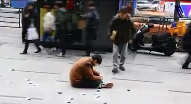 Gã say vung tiền giữa phố và hành động gây sốc của người đi đường