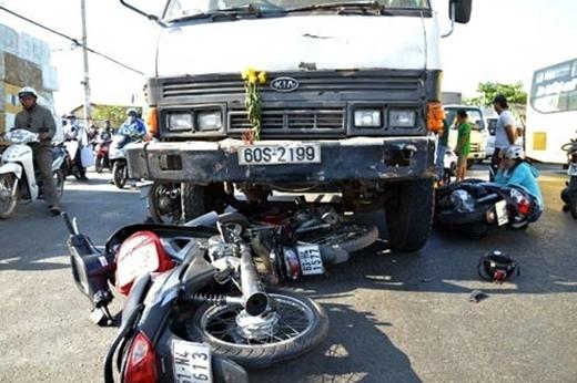 Vượt đèn đỏ ô tô gây tai nạn kinh hoàng, đâm liên tiếp 7 xe máy