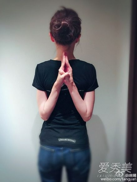 """Trong một bức ảnh tập yoga, Đường Yên đã khiến nhiều cư dân mạng phải thốt lên: """"Thân hình quá dị dạng"""". Dù gầy đến như thế nhưng Đường Yên lại thường xuyên lo lắng sẽ lên cân khiến cư dân mạng chỉ có thể lắc đầu ngao ngán."""
