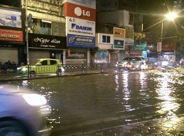 Nước ngập cả một đoạn đường trên phố Nguyễn Lương Bằng. (Ảnh: Internet)
