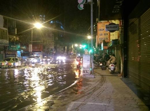 Nhiều phương tiện phải di chuyển trên vỉa hè để tránh nước ngập.(Ảnh: Internet)