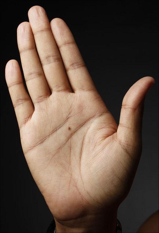 Bàn tay: Nốt ruồi mọc trên bàn tay chứng tỏ bạn là người có tài năng, công việc luôn được thực hiện dễ dàng, trôi chảy, kiếm được nhiều tiền. (Ảnh: Internet)