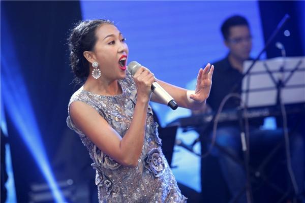 Nguyên Thảo rạng rỡ trên sân khấu ra mắt công ty của nhạc sĩ Việt Anh. - Tin sao Viet - Tin tuc sao Viet - Scandal sao Viet - Tin tuc cua Sao - Tin cua Sao