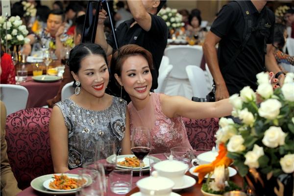 Cùng hát trong chương trình của nhạc sĩ Việt Anh, Nguyên Thảo, Uyên Linh tranh thủ selfie làm kỉniệm. - Tin sao Viet - Tin tuc sao Viet - Scandal sao Viet - Tin tuc cua Sao - Tin cua Sao