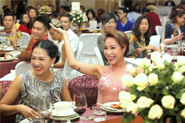 """Những nụ cười """"thoải mái, hết cỡ"""" của Nguyên Thảo và Uyên Linh khi gặp nhau trong sự kiện. - Tin sao Viet - Tin tuc sao Viet - Scandal sao Viet - Tin tuc cua Sao - Tin cua Sao"""