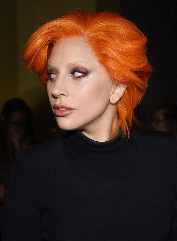 Vừa qua, Lady Gaga cũng đã thay đổi kiểu tóc thật của mình. Cô chọn mái tóc bob trẻ trung, cá tính được nhuộm cam. Kiểu tóc này hứa hẹn sẽ trở nên hot hơn trong thời gian tới.