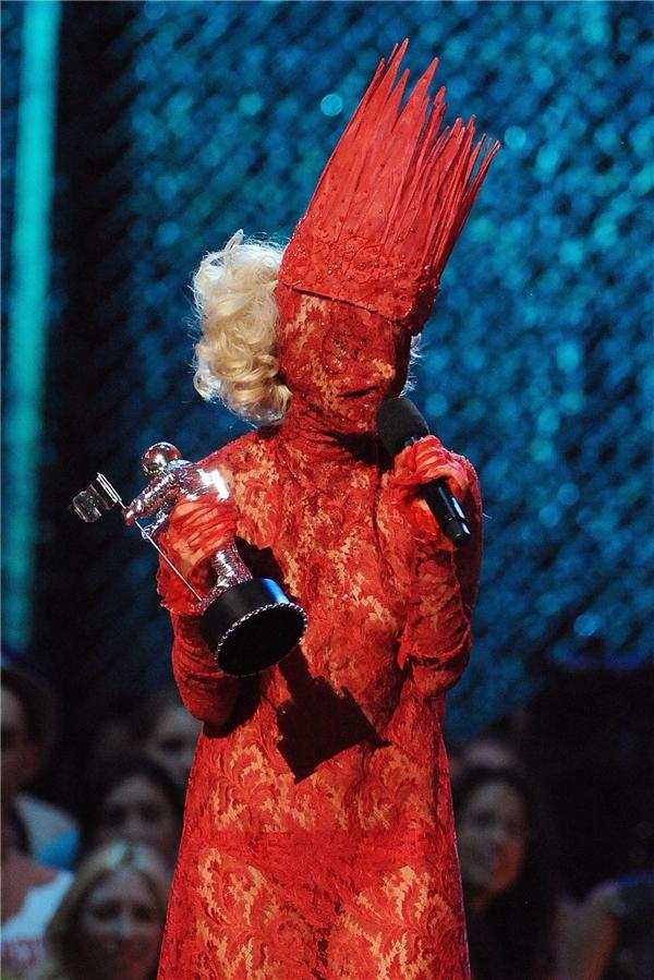 Vào năm 2009, nữ ca sĩ ghi tên mình vào danh sách ăn mặc kì quái tại lễ trao giải MTV Video Music Awards khi trùm kín từ đầu đến chân bằng chất liệu ren mỏng tang. Phần phụ kiện khó hiểu trên đầu càng khiến mọi thứ trở nên rối rắm, năng nề.
