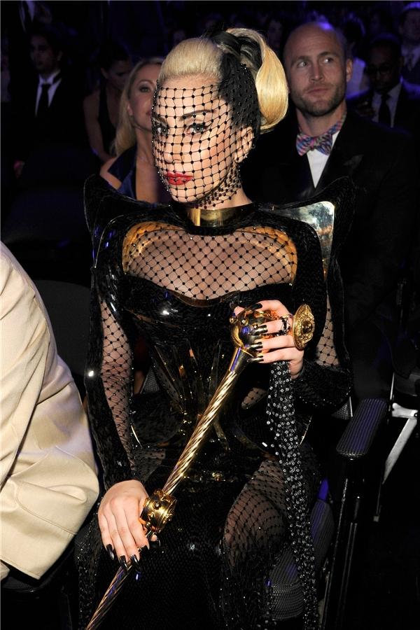 Tại lễ trao giải Grammy 2012, Lady Gaga lại mang đến tạo hình tựa như phù thủy bước ra từ những câu chuyện cổ phương Tây.