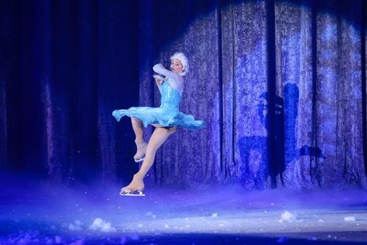 """Elsa và những màn trượt băng """"thần sầu"""" trên nền băng và khói bồng bềnh trong ánh sáng kìảo - Tin sao Viet - Tin tuc sao Viet - Scandal sao Viet - Tin tuc cua Sao - Tin cua Sao"""
