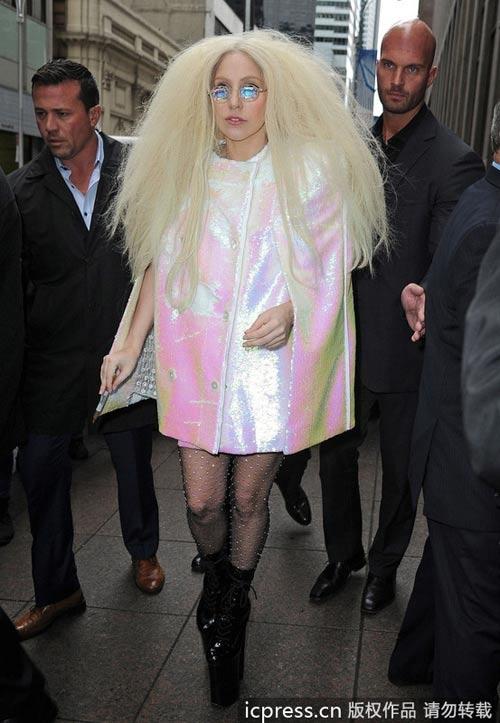 Kể cả ban ngày, đố bạn bình tĩnh khi gặp Lady Gaga!