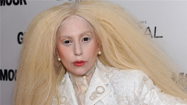 Mái tóc trắng đánh xù cùng làn da trắng bệch của Lady Gaga khiến người đối diện phải hét toáng lên.