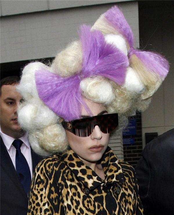 Khối lượng tóc để thực hiện quả đầu này gần như không thể tính được. Mặc dù nhận nhiều ý kiến trái chiều nhưng Lady Gaga vẫn cứ thỏa sức thể hiện cái tôi khác biệt, nổi bật.