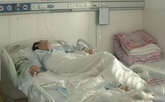 Ông Long đang được điều trị tại bệnh viện sau khi bị đánh hội đồng. Ảnh: Internet