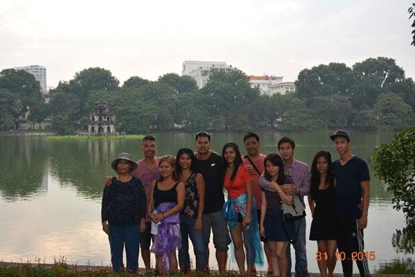 Bức ảnh kỉ niệm khi gia đình bàThanhvề thăm Việt Nam.(Ảnh Internet)