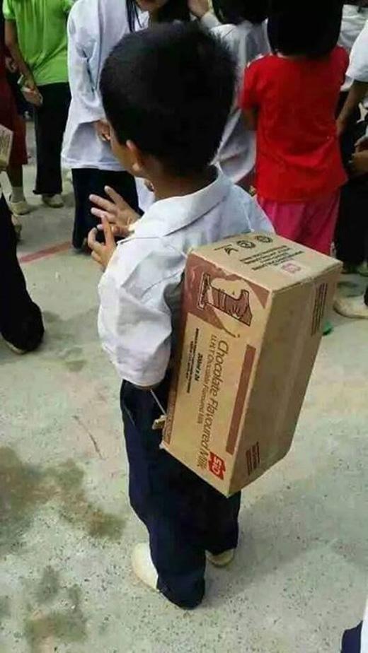 Hình ảnh cậu bé đeo thùng giấy đi họcgây sốt cộng đồng mạng. (Ảnh:Diwata Socrates)
