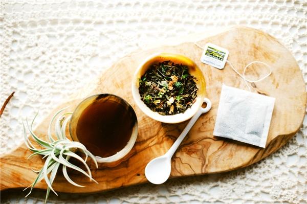 Tinh dầu trà kết hợp với mật ong giúp bạn làm sạch mụn hiệu quả. (Ảnh: Internet)
