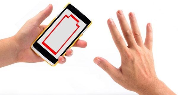 Pin sụt nhanh cũng là dấu hiệu của việc smartphone bị theo dõi. (Ảnh: Internet)