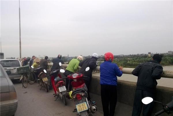 Hàng trăm người hiếu kì đã dừng đỗ trên cầu để theo dõi vụ việc. Ảnh: Internet