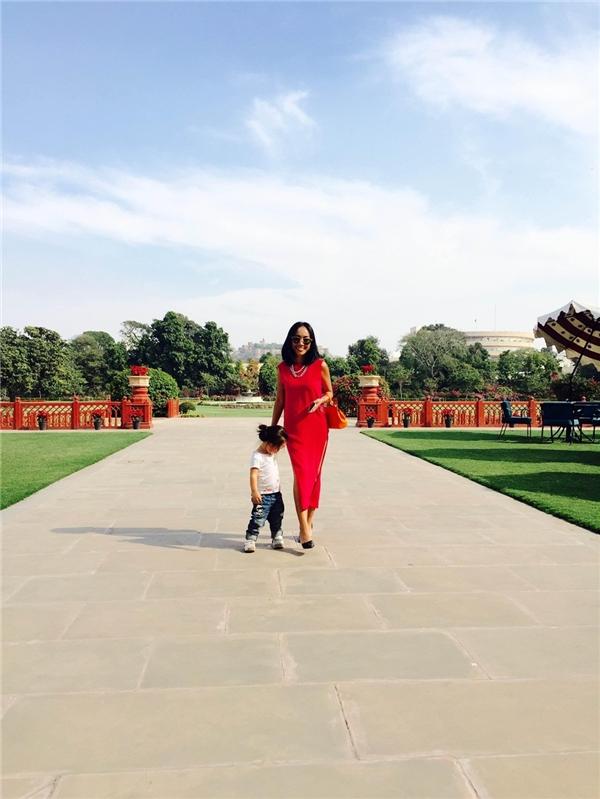 Đoan Trang cùng bé Sol dạo chơi trong vườn hoa ngay hồ bơi nơi của khách sạn cô đang ở tại New Delhi. - Tin sao Viet - Tin tuc sao Viet - Scandal sao Viet - Tin tuc cua Sao - Tin cua Sao