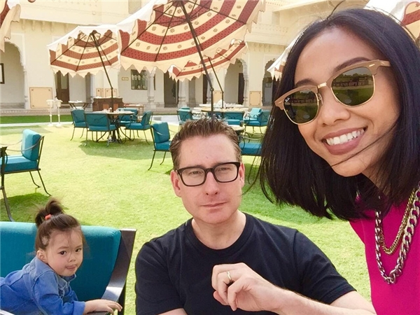 Gia đình Đoan Trang ăn trưa tại khu vực dinh vua – nơi ngày xưa là vườn thượng uyển nên rất đẹp và rộng rãi. Khu dinh này có tên gọi là The verandah - Taj Rambagh Palace. - Tin sao Viet - Tin tuc sao Viet - Scandal sao Viet - Tin tuc cua Sao - Tin cua Sao