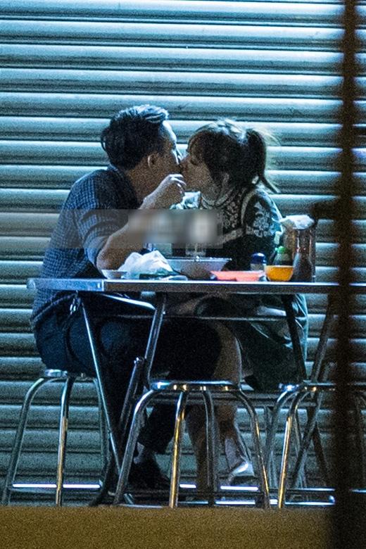 Lần đầu tiên Trấn Thành và Hari Won công khai hẹn hò (02/02) tại một quán ăn trên đường Lê Quang Sung, Quận 6. Cả hai trông rất thân mật, tình cảm đút cho nhau ăn. Thậm chí họ còn khóa môi tại bàn ăn. (Ảnh: Internet) - Tin sao Viet - Tin tuc sao Viet - Scandal sao Viet - Tin tuc cua Sao - Tin cua Sao