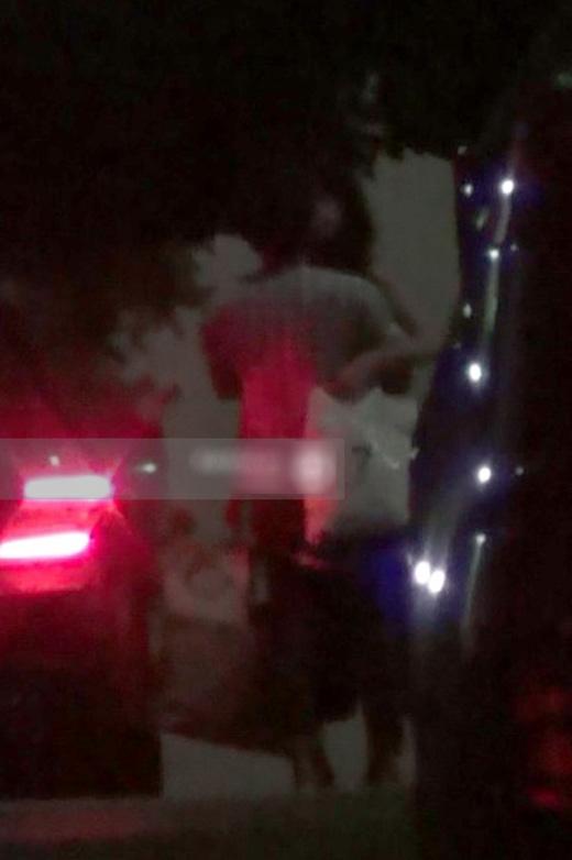 26/08, sau khi kết thúc sự kiện ra mắt phim 49 Ngày, Trường Giang lái xe đưa Nhã Phương về nhà, cả hai tranh thủ ôm hôn trước khi chia tay. (Ảnh: Internet) - Tin sao Viet - Tin tuc sao Viet - Scandal sao Viet - Tin tuc cua Sao - Tin cua Sao