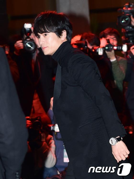 Ji Sung đơn thân đến dự lễ cưới của cô em thân thiết. Trước đó, anh từng bày tỏ mong muốn sớm được nghe tin vui của vợ chồng Hwang Jung Eum.