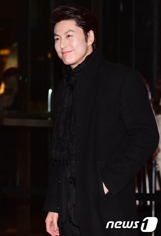 Tài tử Ryu Soo Young đến chúc phúc Hwang Jung Eum. Cả hai từng hợp tác trong phim truyền hình Endless Love.