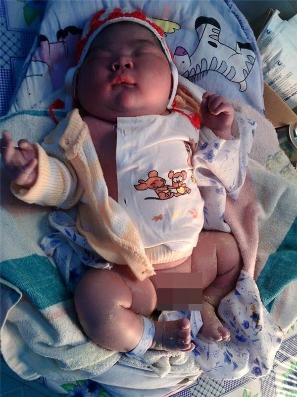 Em bé kháu khỉnh mới sinh đã nặng 6.1kg đang được nhiều người quan tâm. (Ảnh: Internet)